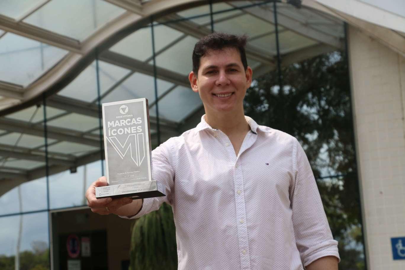 Rafael Galvêas, Vice-Reitor da UVV, com o Prêmio Marcas Ícones 2020