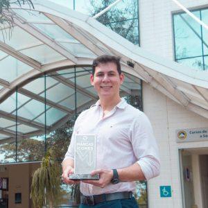 Rafael Galvêas, Vice-Reitor da UVV, com o troféu do Prêmio Marcas Ícones 2020